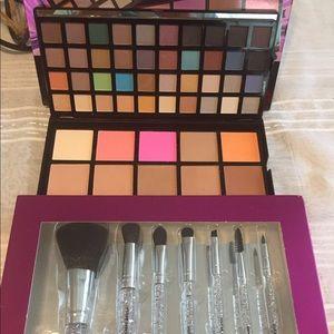 Eyeshadow/face set and brushes set